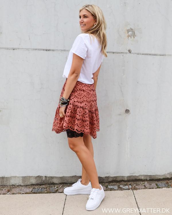 Nederdel fra YAS stylet med cykelshorts og hvid t-shirt fra My Essential Wardrobe