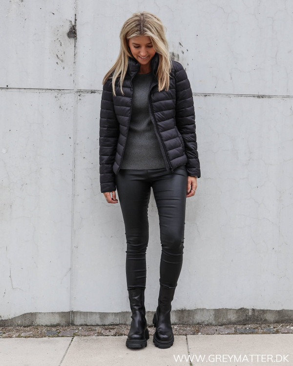 Sort dunjakke til damer fra Vila, stylet med de cool Vila leggings i sort og med en basis strik