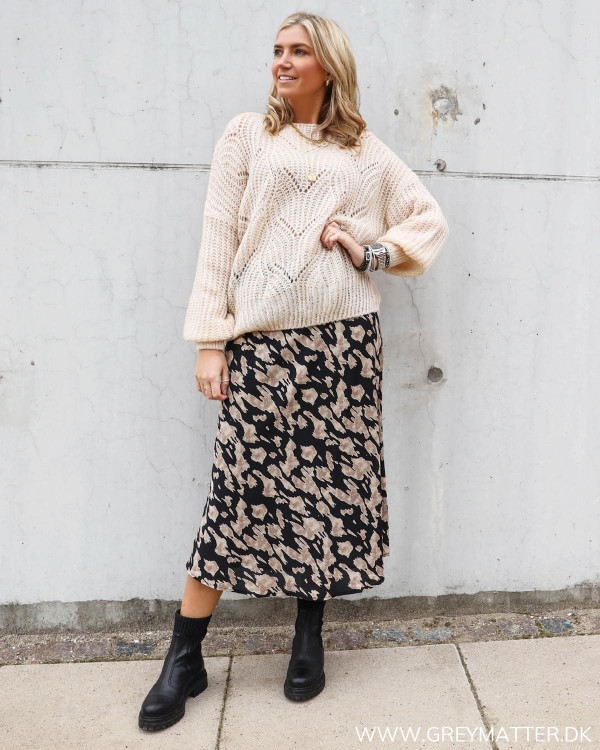 Neo Noir nederdel med print stylet med sweater til damer