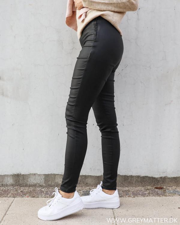 Leggings i sort til damer fra Pieces med lynlås i siden