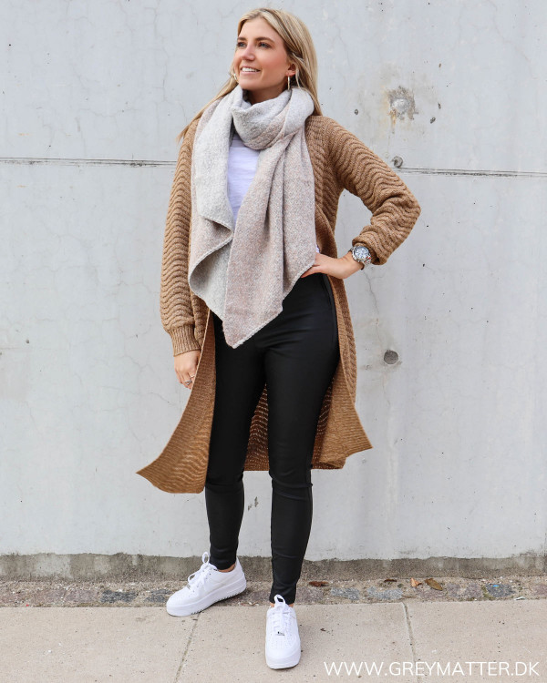 Brun cardigan til damer fra YAS stylet med tørklæde fra Pieces og Nike sneaks