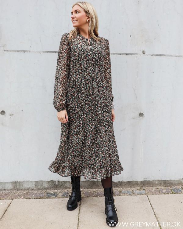 Hverdags kjole fra Vila stylet med Apair støvler og strømpebukser