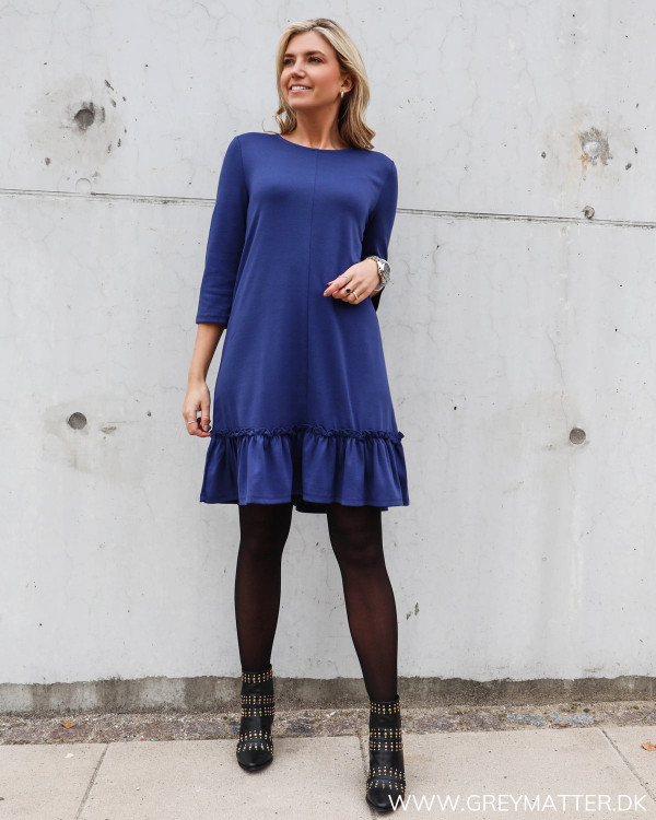 Vila kjole med flæsedetalje