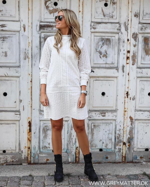 Smuk hvid kjole fra Vila set i hel figur
