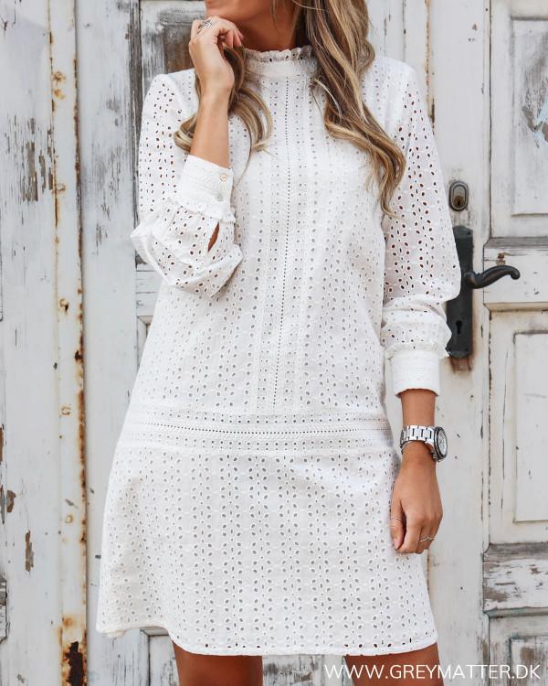 Smuk hvid kjole fra Vila i broderie anglaise set forfra