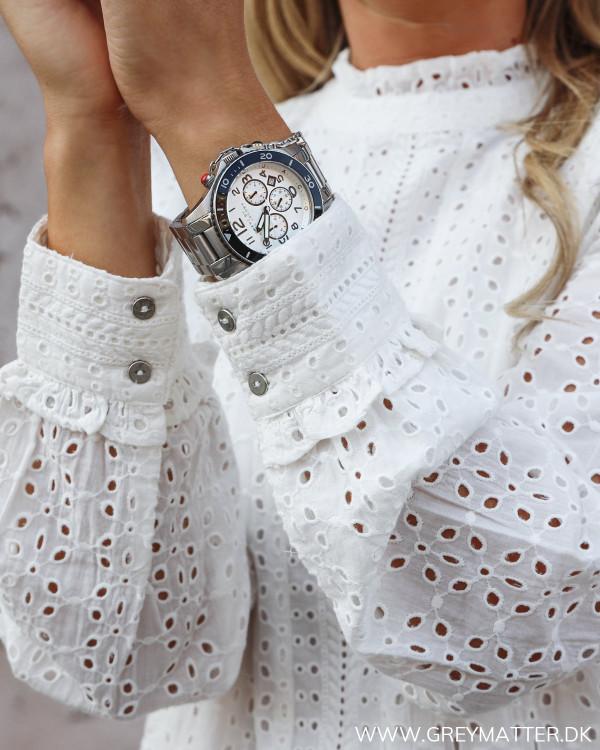 Smuk hvid kjole fra Vila set tæt på, detaljer ved ærme