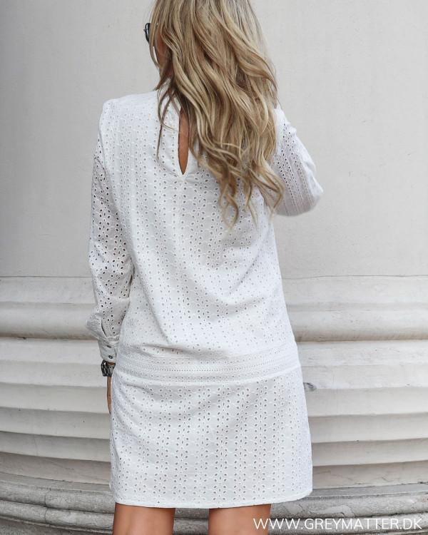 Smuk hvid kjole fra Vila set bagfra