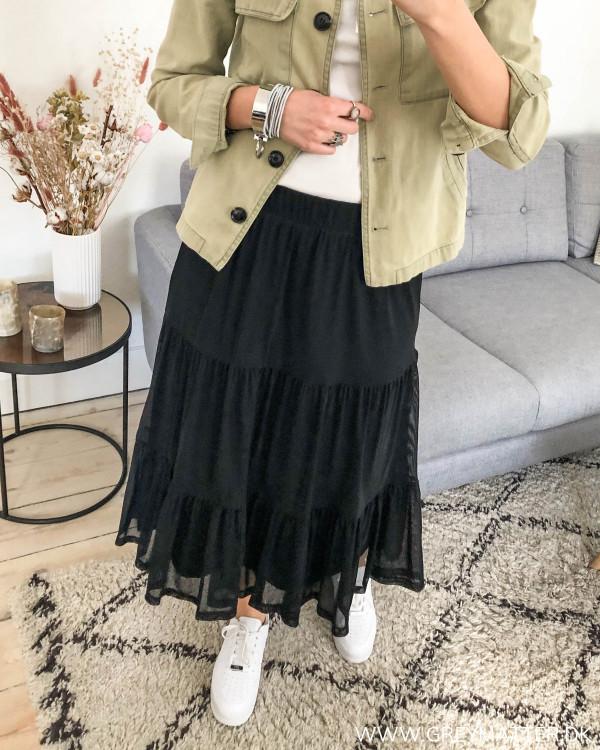 Sort nederdel med længde stylet med hvide sneaks