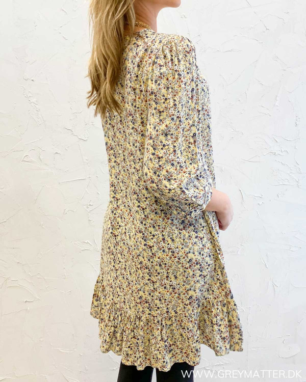 Kjole fra Pieces med blomsterprint set bagfra
