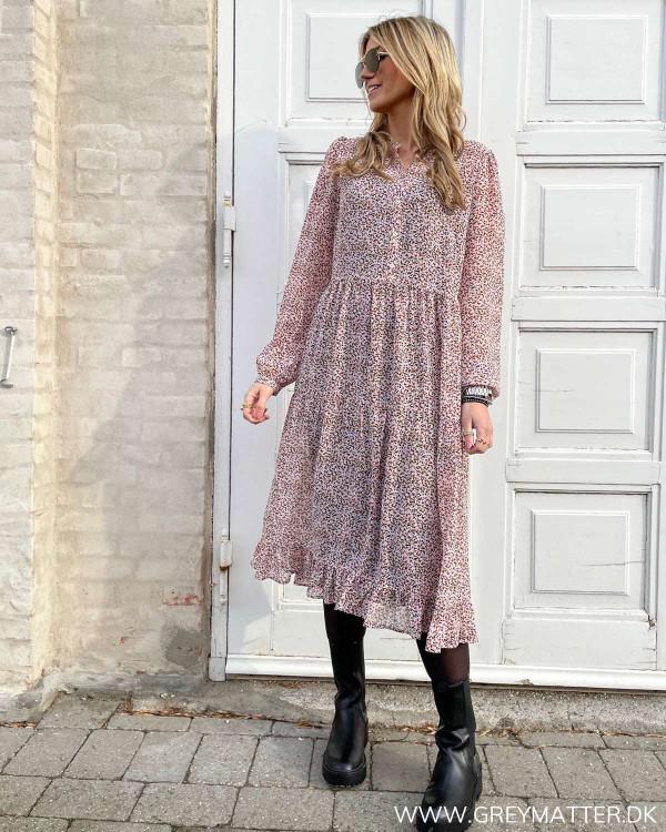 Midi kjole med print i fine forårsfarver