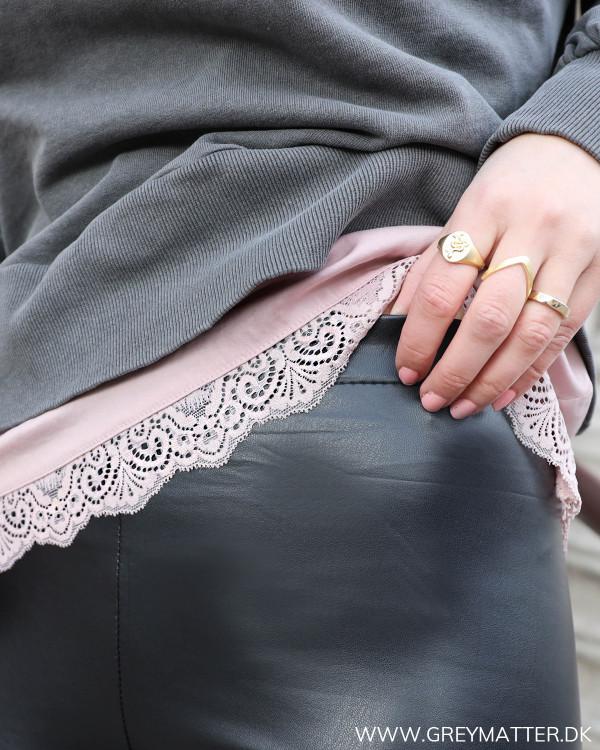 Klassisk sort legging, zoom på detalje
