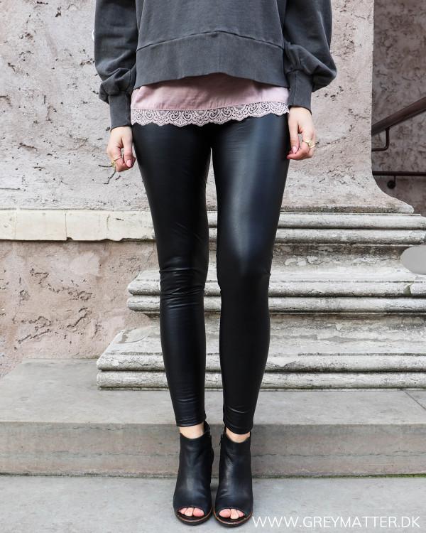 Klassisk sort legging, set forfra