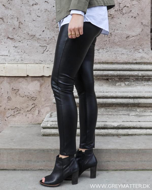 Sorte leggings set fra siden