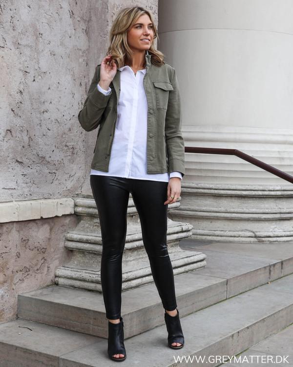 Sort leggings stylet med hvid dameskjorte og casual army jakke fra Neo Noir