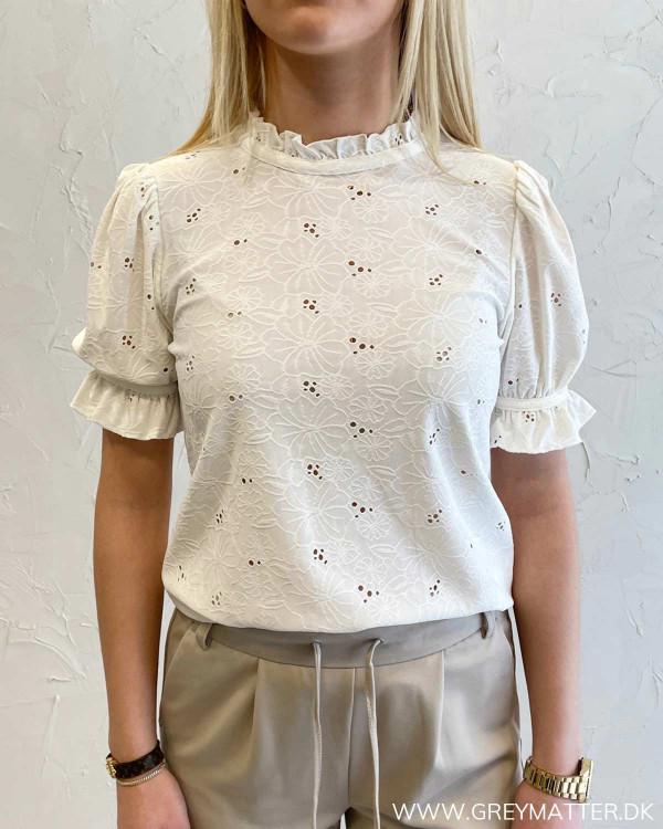 Hvid blondebluse med korte ærmer til damer