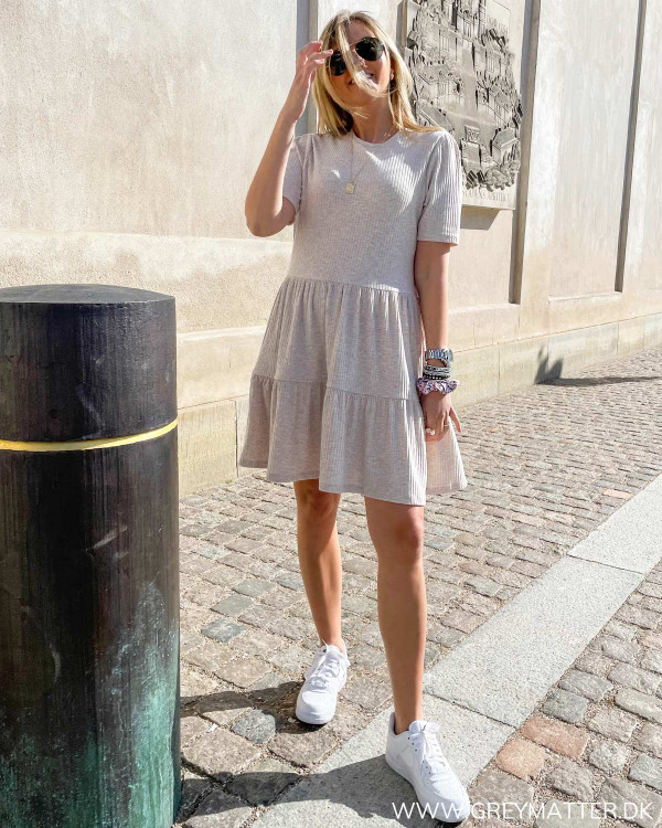 Hverdagskjole i lækker kvalitet stylet med hvide Nike sneaks