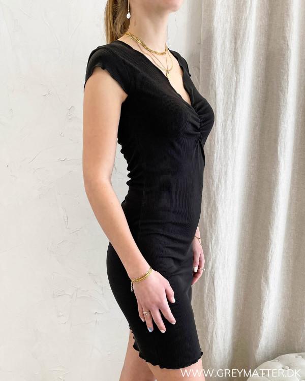 Tætsiddende sort kjole med v-udskæring