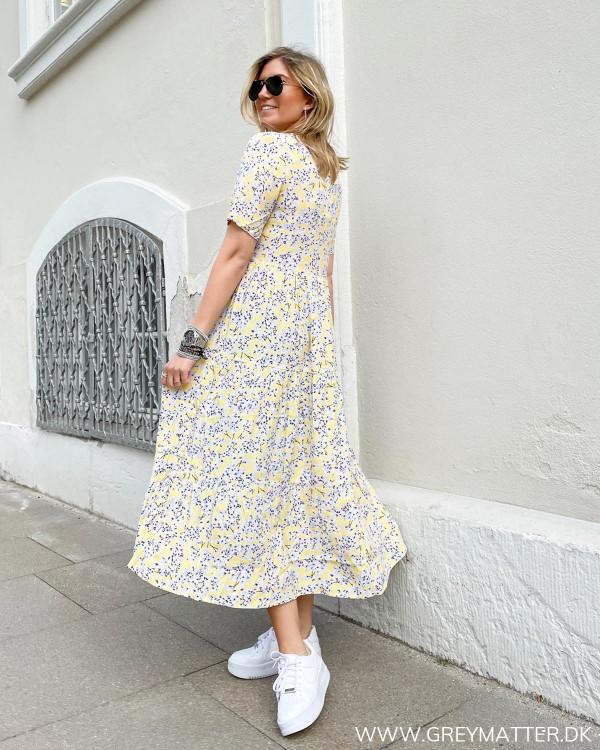 Gul kjole med blomsterprint fra Only