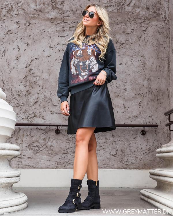 Nederdel i imiteret skind fra Vila stylet med sweatshirt fra Anine Bing og støvler fra Apair