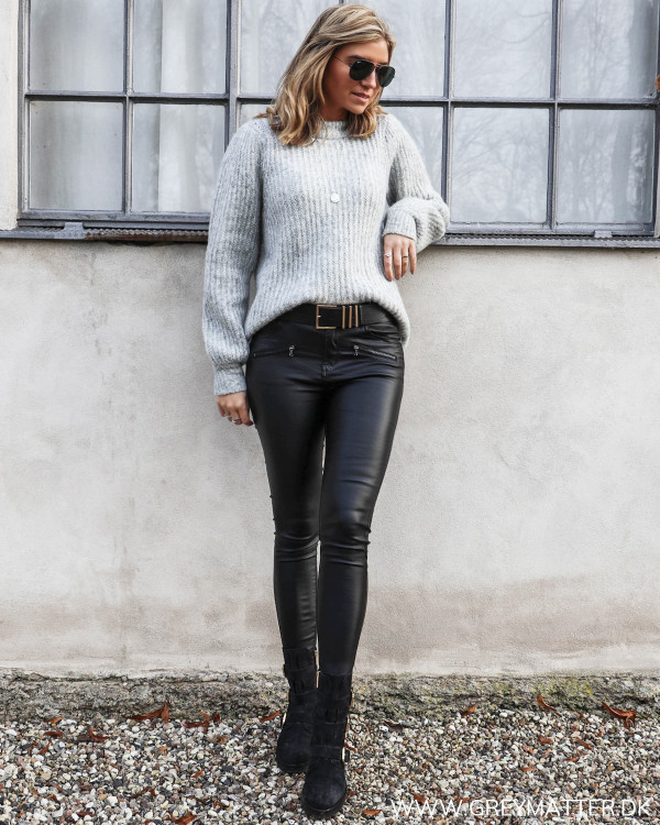 Grå strikbluse fra Vila stylet med zip pants og bikerstøvler fra Apair