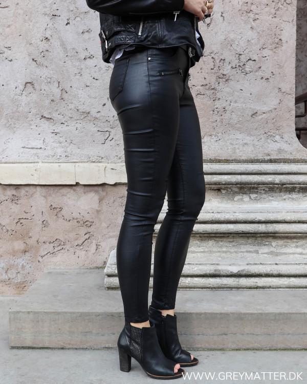 Coatede bukser med lynlåse sen fra siden