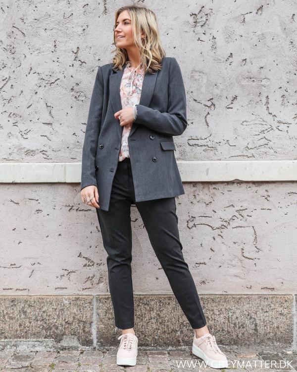Bukser fra Neo Noir stylet med en lækker blazerjakke og en smuk Karmamia bluse