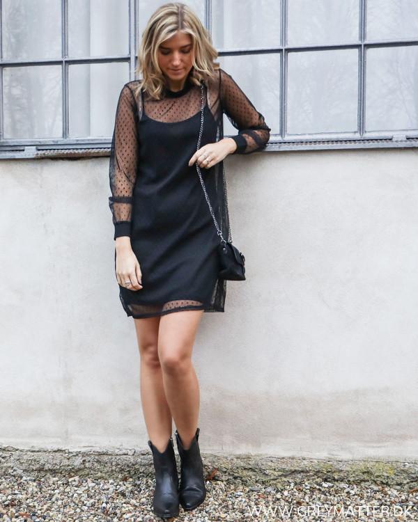 Sort mesh kjole med prikker, stylet med sorte Anine Bing støvler