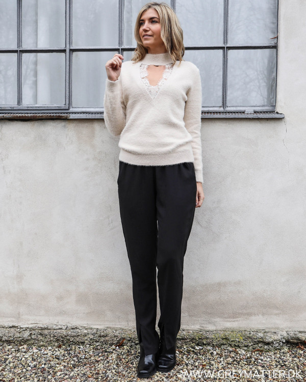 Strikbluse med blondedetaljer stylet med blød buks fra Neo Noir