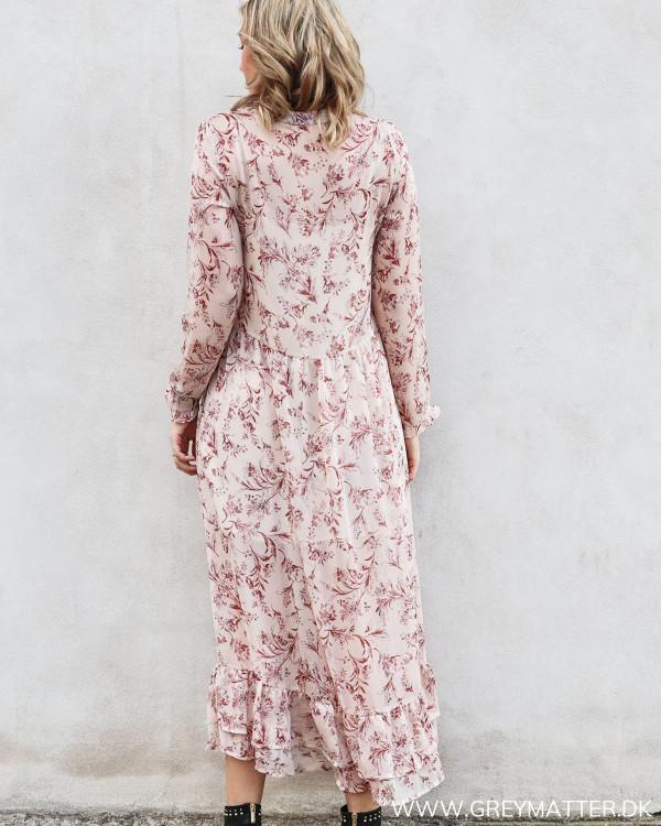 lang kjole i rosafarver set bagfra