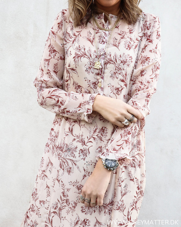 Lang kjole i rosafarver set tæt på