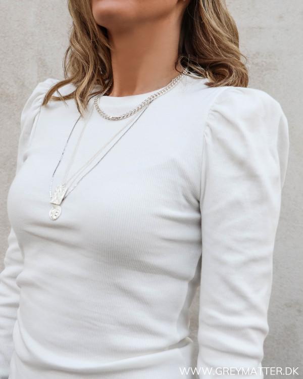 Hvid bluse med puff ærmer set tæt på
