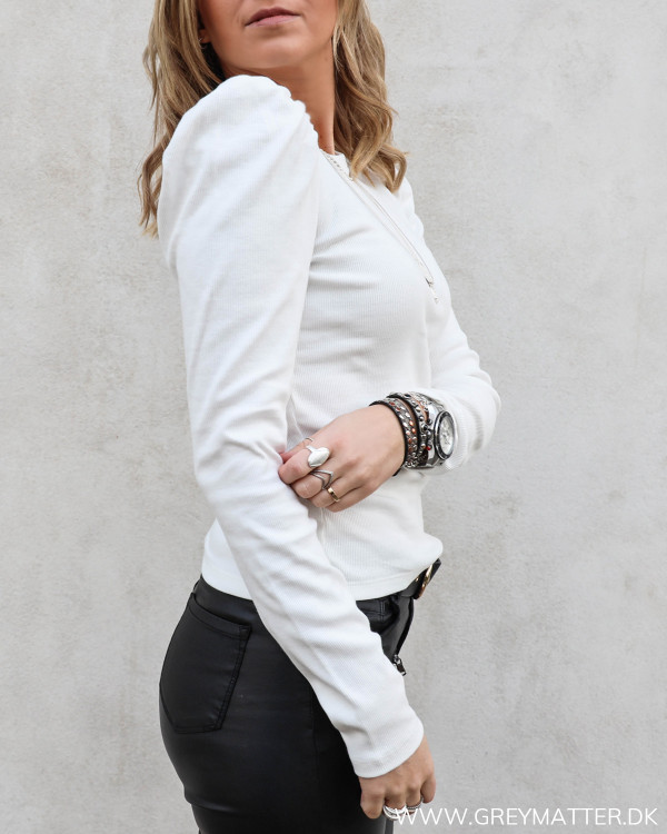 Hvid bluse med puff ærmer fra Pieces set fra siden med fokus på skulder