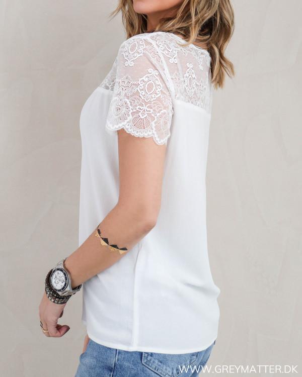 Hvid blondebluse fra Vila set fra siden