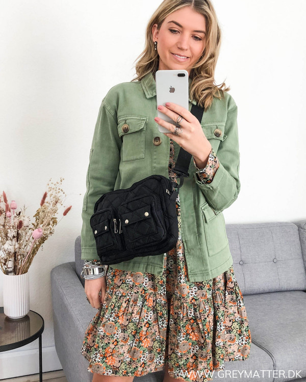 Kjole med smukt print fra YAS stylet med en armyjakke