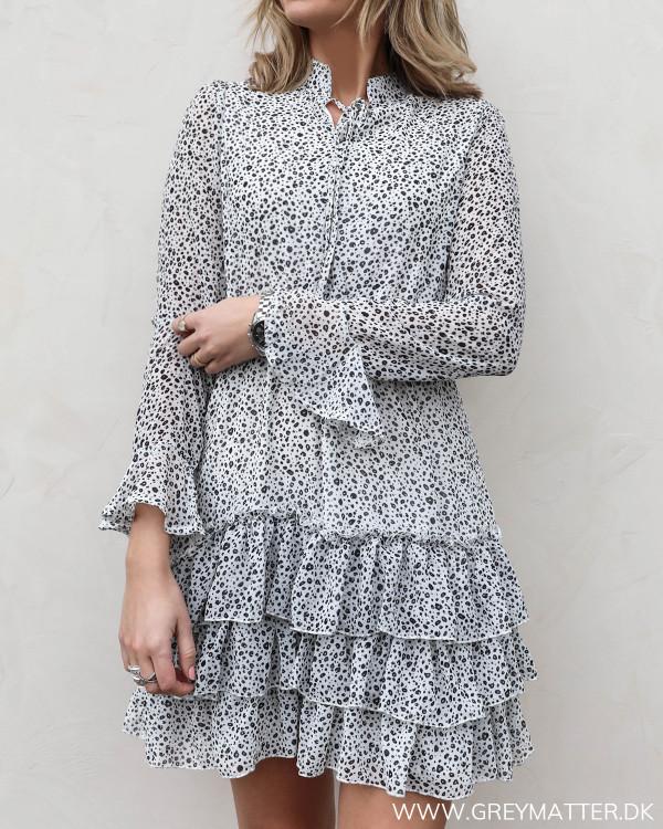 Kjole med flæser og mini dots set forfra