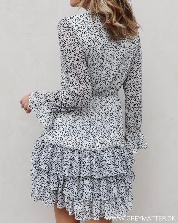 Kjole med flæser og print set bagfra