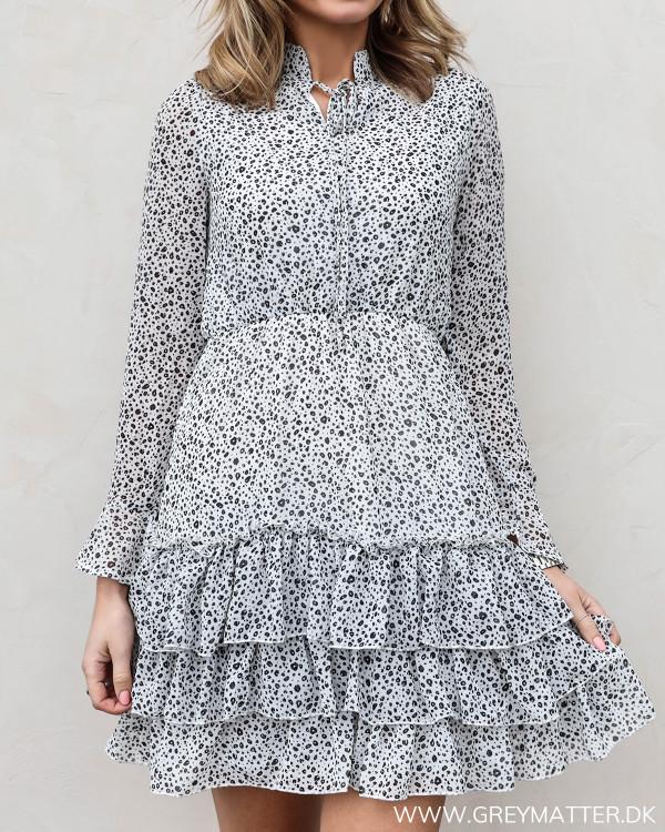Kjole med flæser og elastik i taljen set forfra