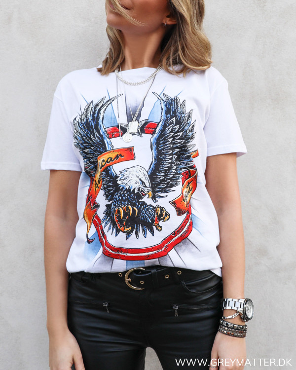 Lækker loose-fit ørne t-shirt i hvid set forfra