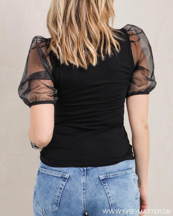 Den sorte bluse med pufærmer set bagfra