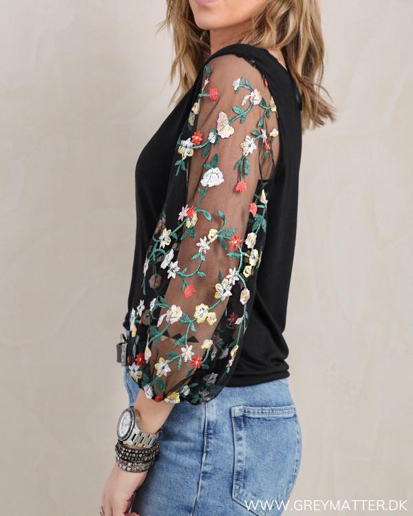 Den trendy bluse fra Pieces set fra siden