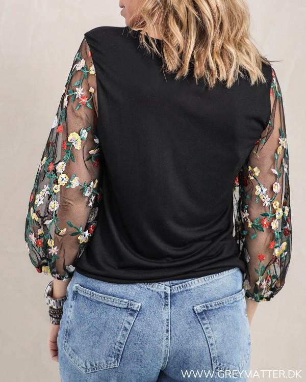 Den trendy bluse fra Pieces set bagfra