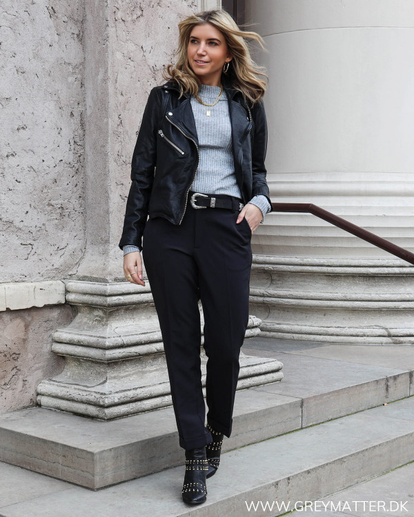 Sort suit pant til kvinder set forfra, stylet med skindjakke og grå rib strik fra Neo Noir
