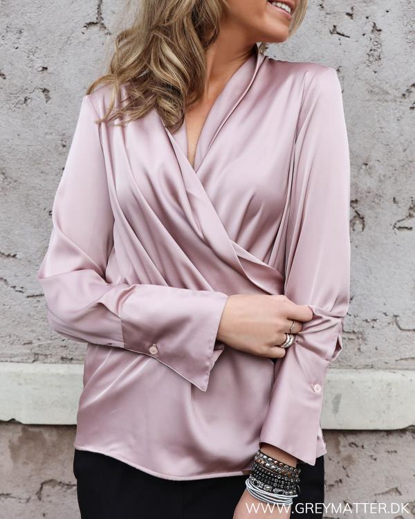 Karmamia skjorte i farven blush set forfra
