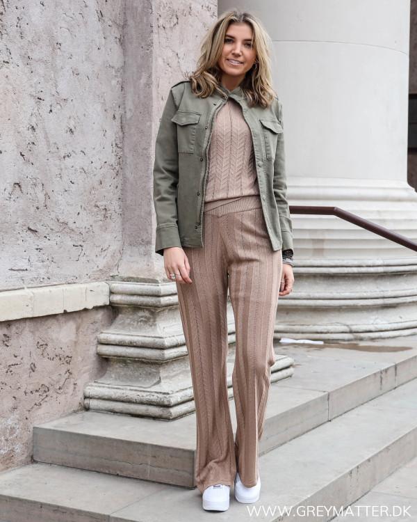 Neo Noir ruby bukser med glimmer stylet med den tilhørerende bluse