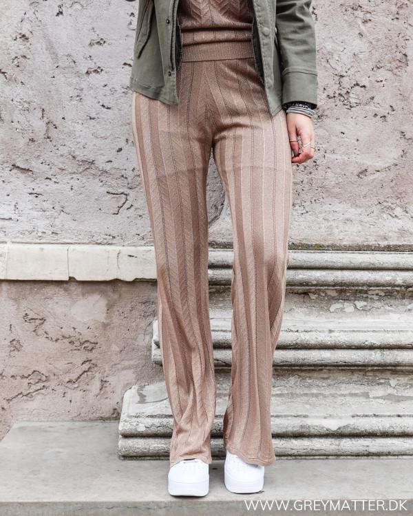 Neo Noir ruby bukser med glimmer set forfra