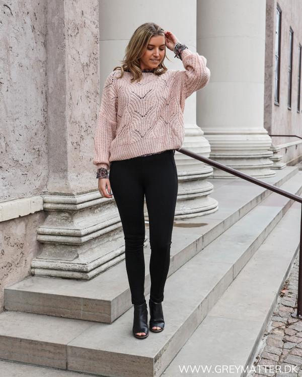 Sorte leggings fra Vila stylet med lyserød strik