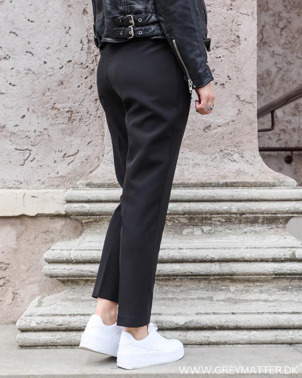 Neo Noir sorte højtaljede suit pants set bagfra