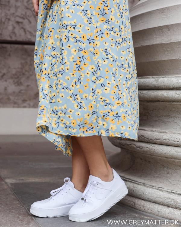 Kjole fra Pieces set tæt på, med fokus på det smukke print
