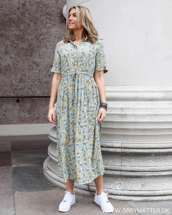 Smuk kjole i viscose fra Pieces med blomsterprint og løs pasform