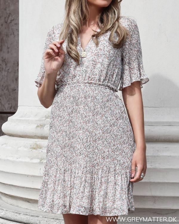YAS kjole med plissé set forfra